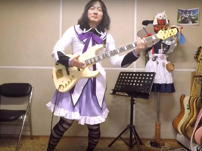 Эпатажный японец в юбке эпично сыграл хит «Сектора Газа»