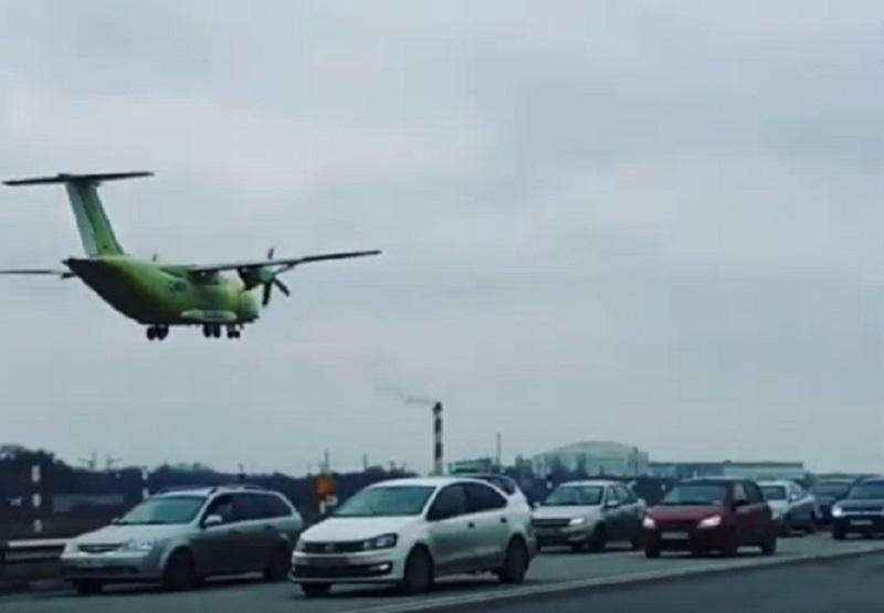 Впечатляющая посадка Ил-112В над оживленным Воронежем попала на видео