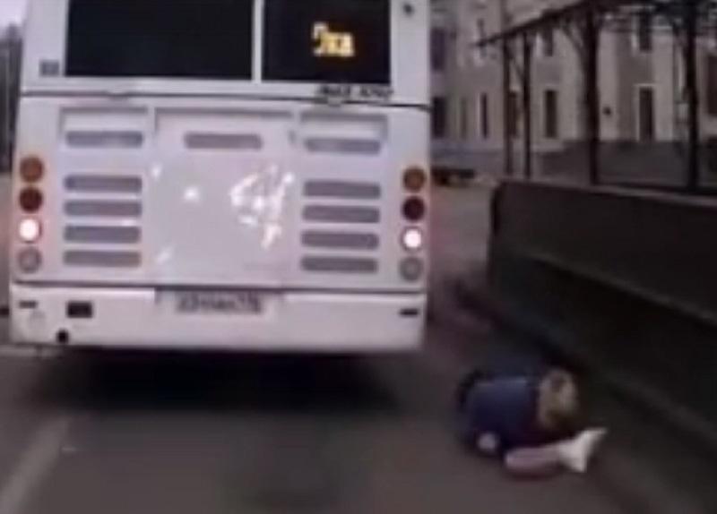 На видео сняли, как водитель автобуса сбивает женщину и уезжает в Воронеже