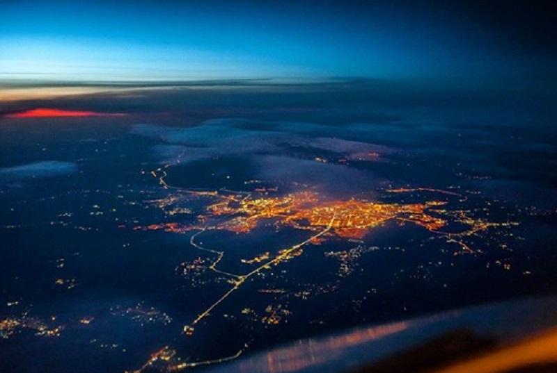 Потрясающий снимок рассвета в Воронеже сделал пилот из кабины самолета
