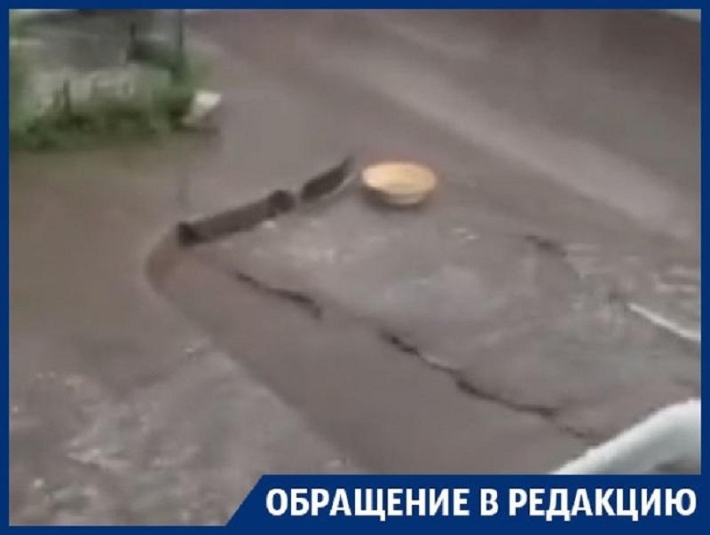 Дождевые реки с грязью и мусором затопили жителей Воронежа