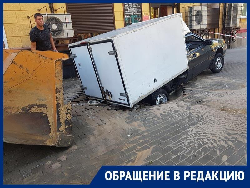 Тротуар безжалостно поглотил машину в Воронеже