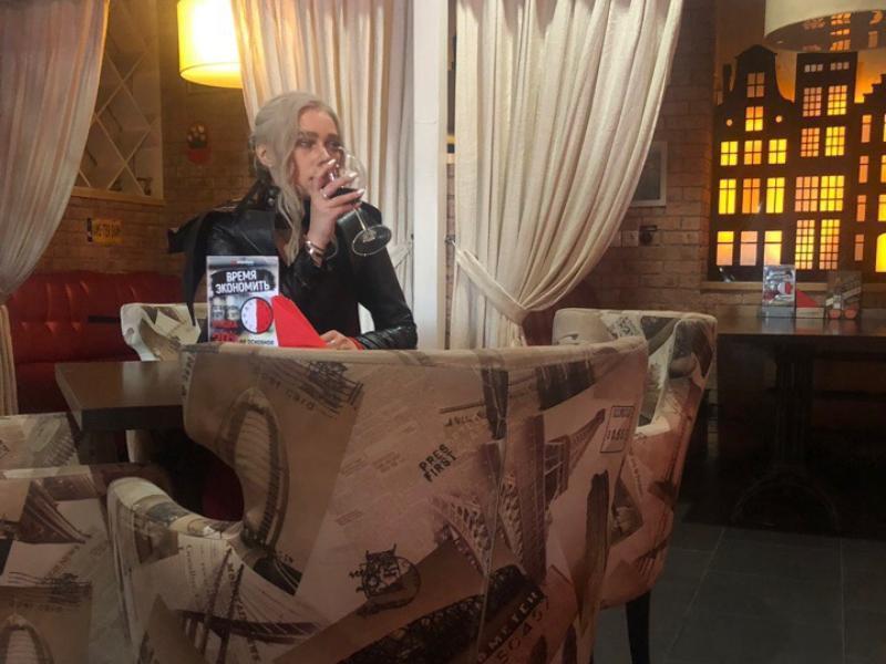 Мать Драконов заметили с бокалом вина в воронежском ресторане