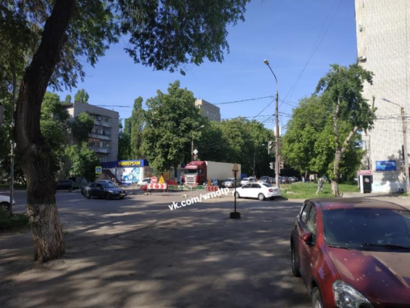 Бунт автомобилистов против перекрытой улицы сняли в Воронеже