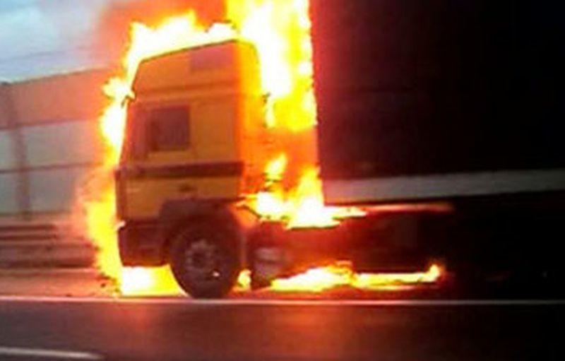 В Воронеже поздним вечером сгорела фура Volvo