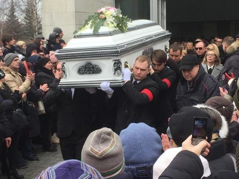 Как прошло звездное прощание с Юлией Началовой на Троекуровском кладбище