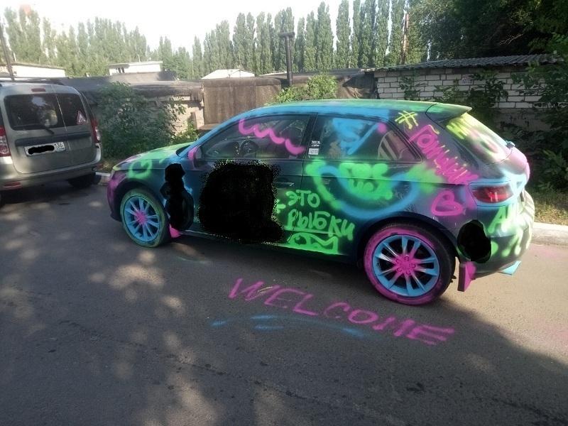 Пенисами украсили автомобиль гонщика в Воронеже