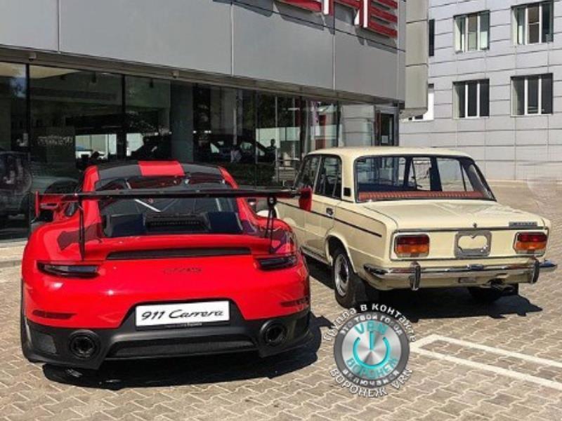 Новый Porsche 911 на фоне шикарных «Жигулей»  сфотографировали в Воронеже
