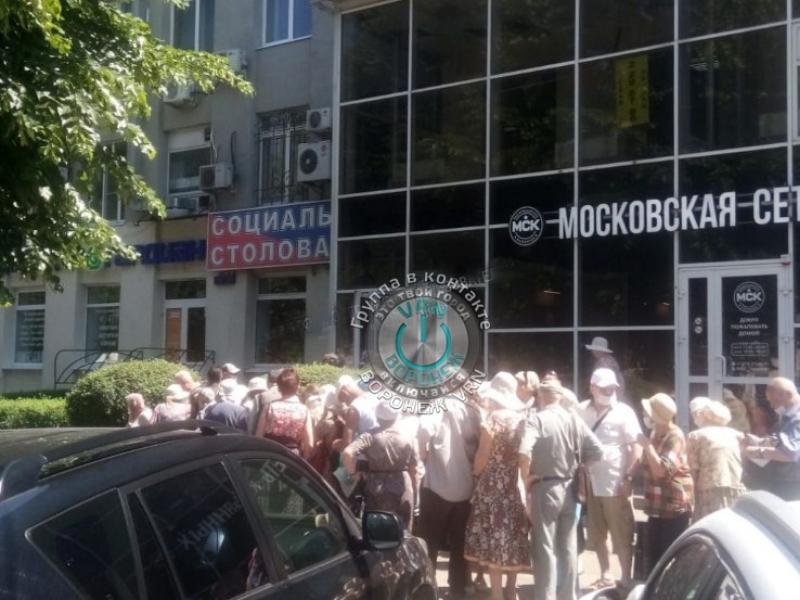 Пенсионеры толпятся под палящим солнцем ради социальных обедов в Воронеже