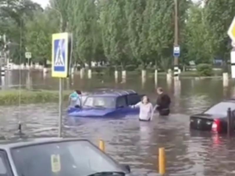 Плавающих по дороге людей и машины сняли после потопа в Россоши