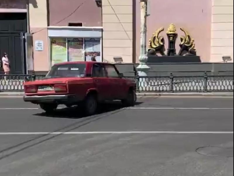 Опасное бегство нелегального парковщика сняли у воронежского ЗАГСа