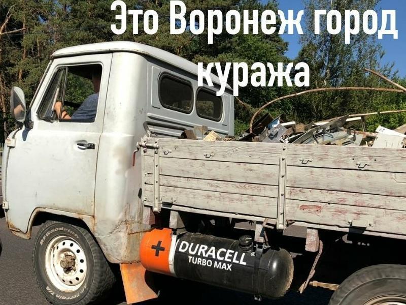 Легендарный УАЗ нелепо скрестили c Duracell в Воронеже