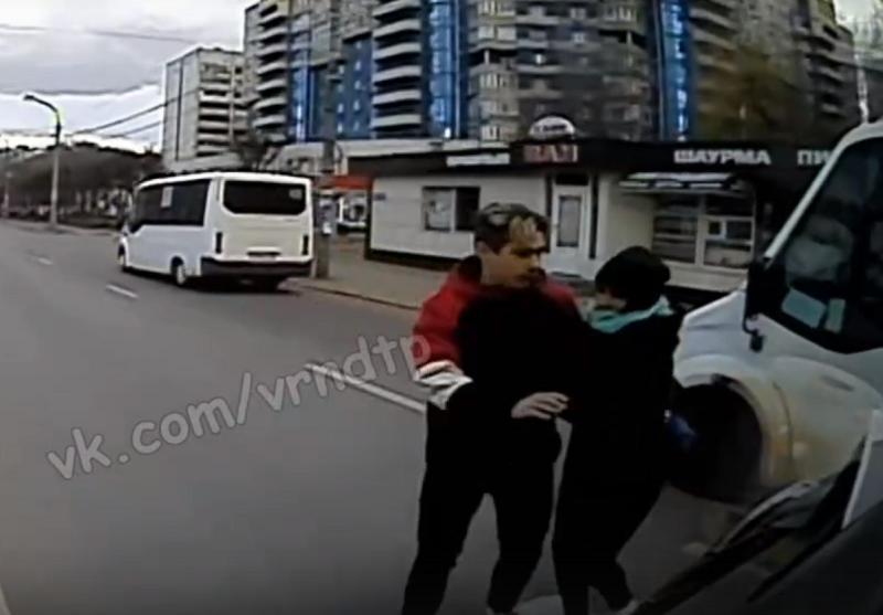 Момент жесткой встречи автобуса с пешеходами на «зебре» сняли с места водителя