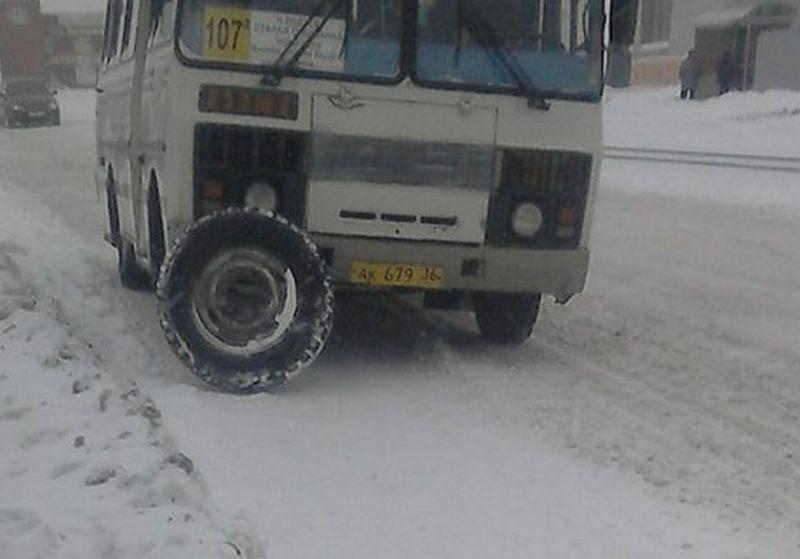 Под Воронежем упассажирского автобуса находу отвалилось колесо