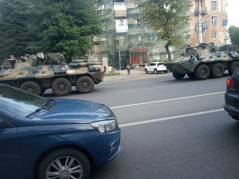 Колонна военной техники мощно прошла по Воронежу