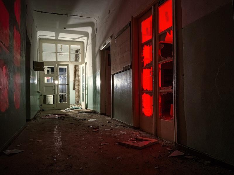 Мистику заброшенной детской больницы показали на снимках в Воронеже