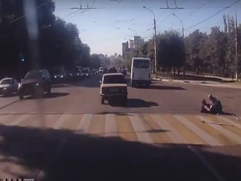 Камера видеорегистратора сняла драку 2-х людей сограниченными возможностями на«зебре» вВоронеже