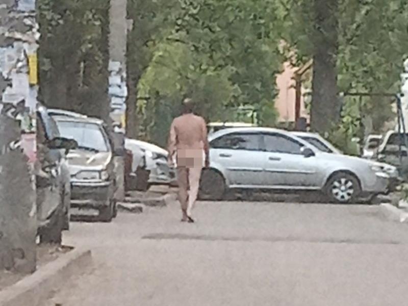 Мужчину без комплексов застали за прогулкой по Воронежу