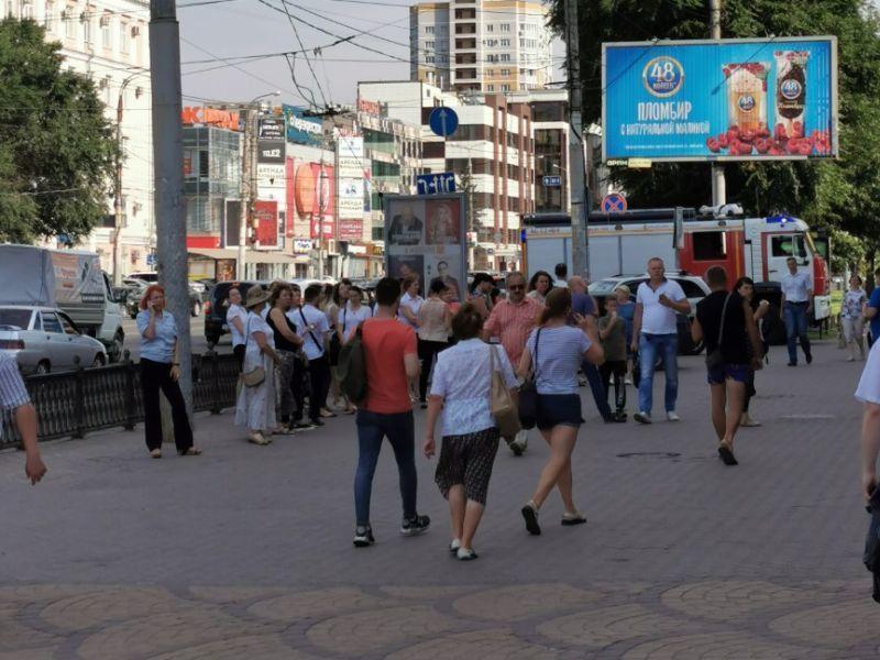 Сигнализация в воронежском ТЦ выгнала на улицу сотрудников магазинов