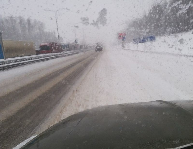Ужасное состояние трассы М4 «Дон» после снегопада показали воронежцам