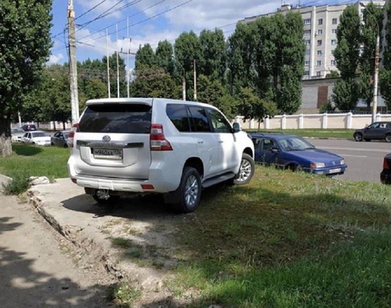 Высший уровень хамской парковки продемонстрировал Land Cruiser в Воронеже