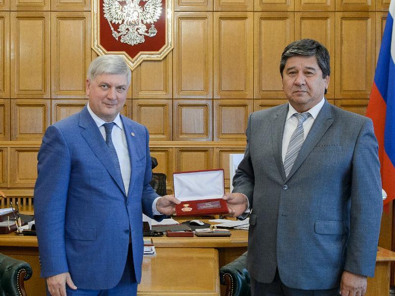 Губернатор Гусев с наградой проводил в отставку главу Нижнедевицкого района