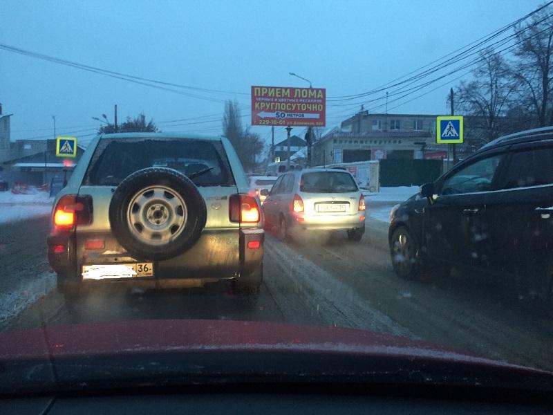 Многокилометровые пробки образовались в Воронеже из-за снегопада