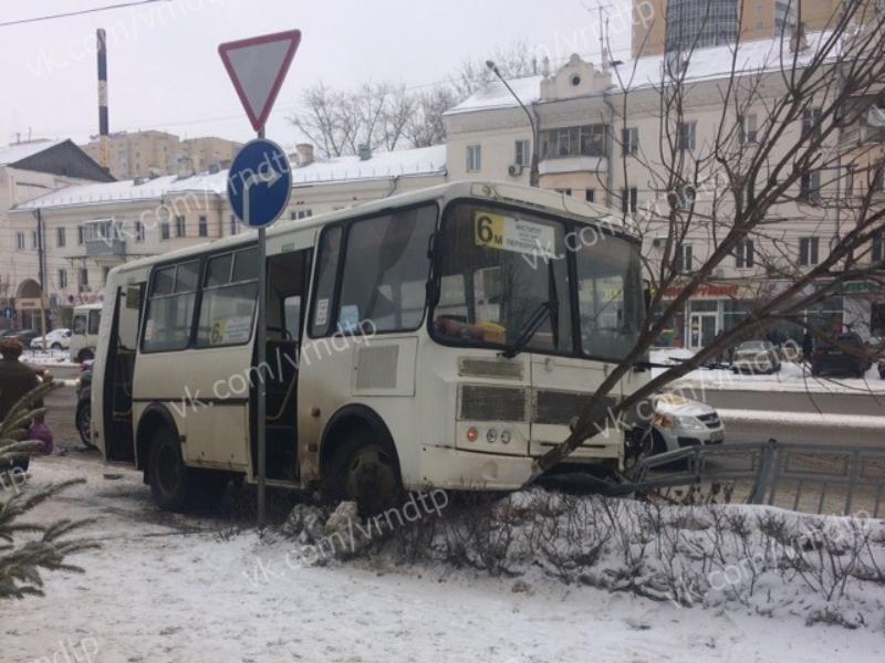 Автобус с пассажирами «оседлал» забор и дерево в центре Воронежа