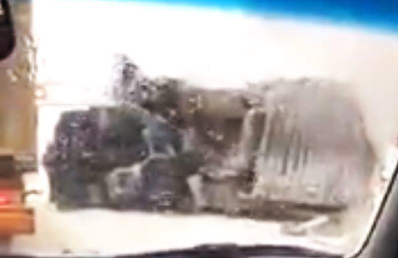 На заснеженной воронежской дороге перевернулась фура и попала на видео