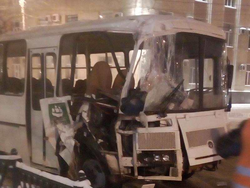 Жуткие последствия ДТП с ПАЗом и легковушкой показали на фото в Воронеже