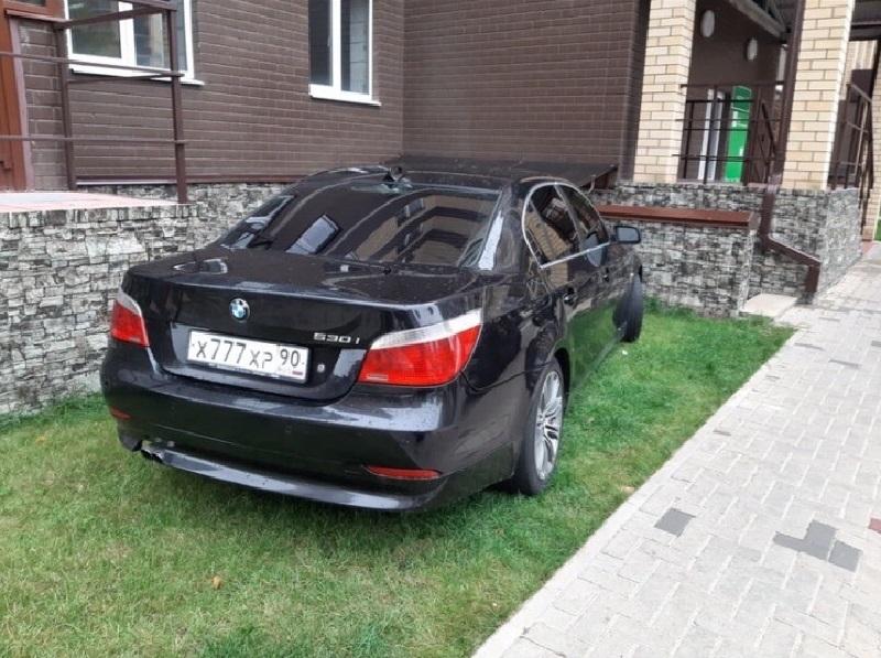 Подмосквич на BMW с модными номерами испортил жизнь в воронежском ЖК