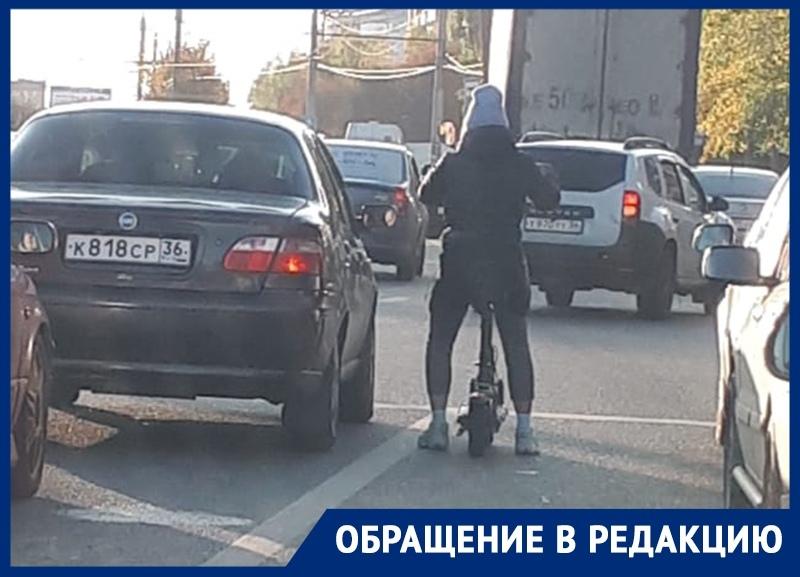 Девушка на электросамокате поиздевалась над водителями авто в Воронеже