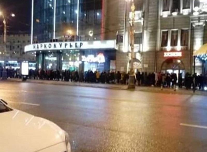 Сотни людей выстроились в очередь под забавной надписью в Воронеже