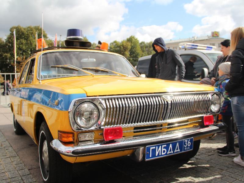 Легендарную машину гаишников сравнили с полицейскими иномарками в Воронеже
