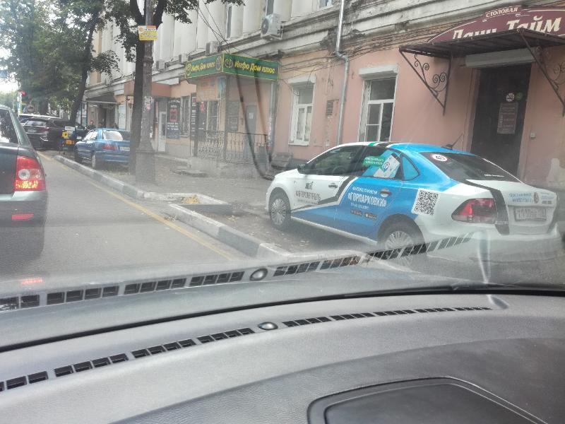 Доминирование над пешеходами устроил водитель «Горпарковок» в Воронеже