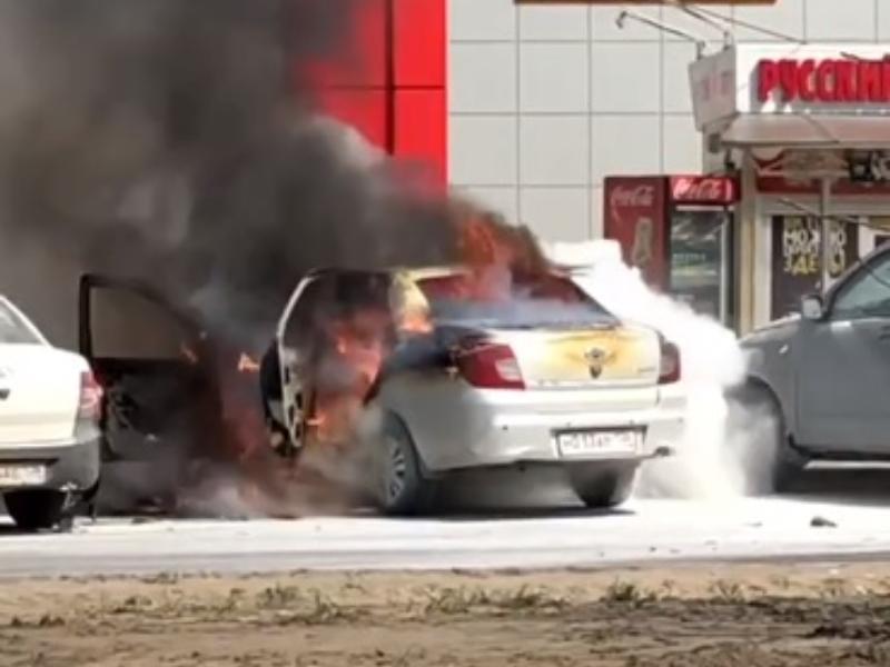Огненное ЧП на парковке у «Пятерочки» сняли на видео в Воронеже