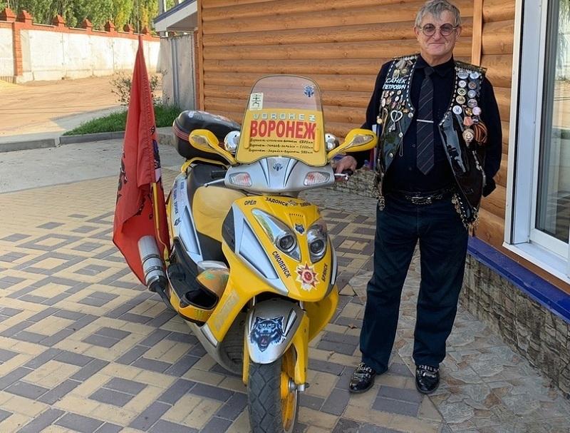 Экстравагантный воронежец в странном наряде путешествует по России на мопеде