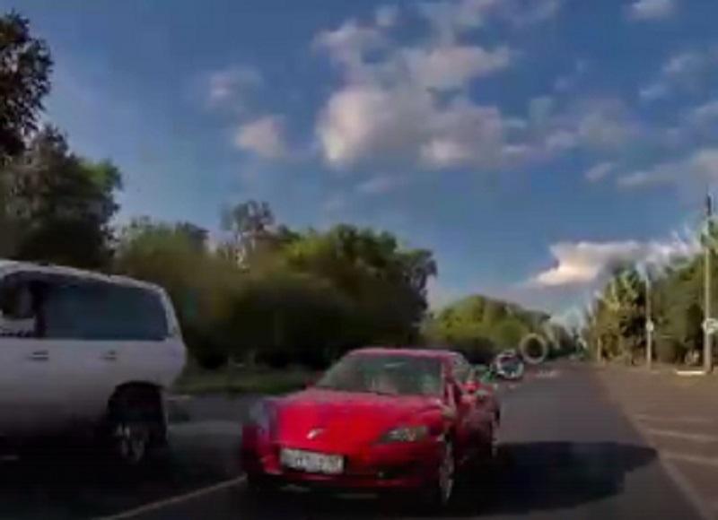 Маниакальное вождение спорткара снял встречный автомобиль в Воронеже