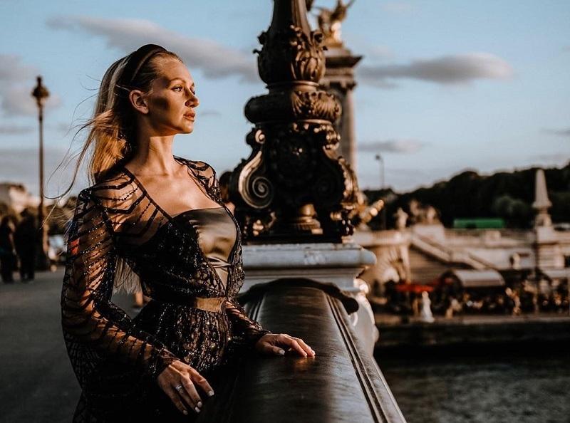 Причудливым нарядом на парижской фотосессии похвасталась блогерша из Воронежа