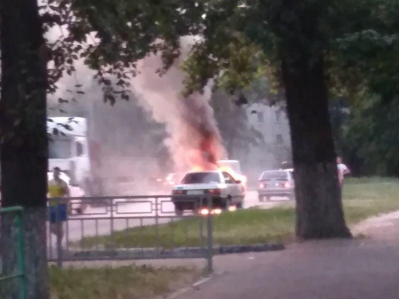Мощное возгорание автомобиля из-за электропроводки попало на видео