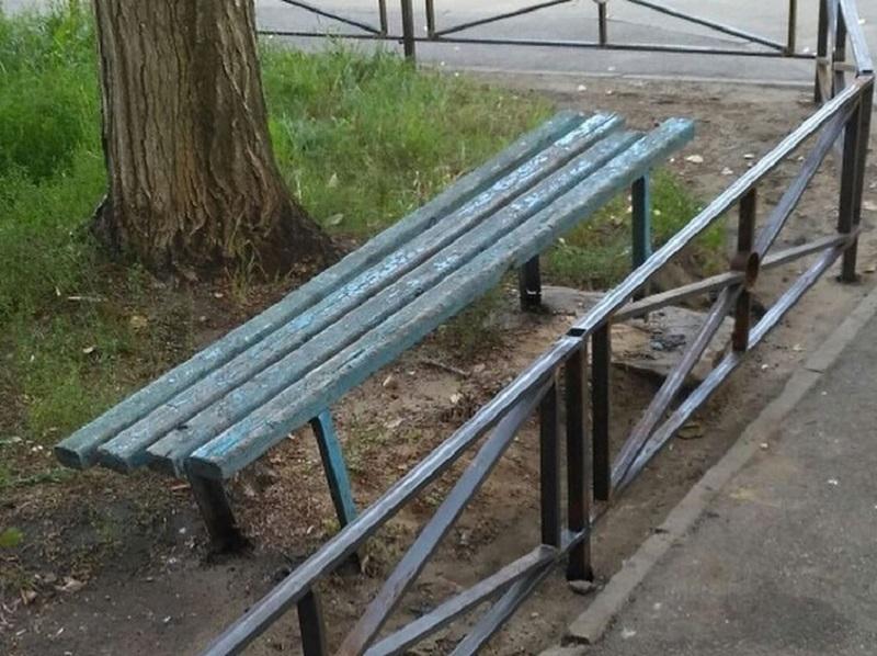 Старая лавочка оказалась заложницей новой ограды в Воронеже