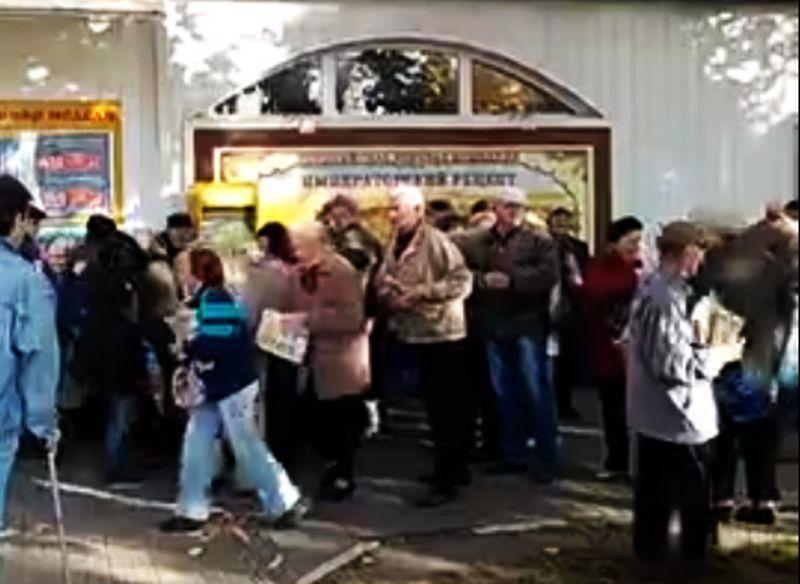 Толкучка пенсионеров за бесплатными газетами в Воронеже попала на видео