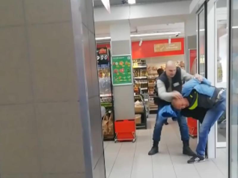 Комичную битву покупателя с сотрудником «Магнита» сняли в Воронеже