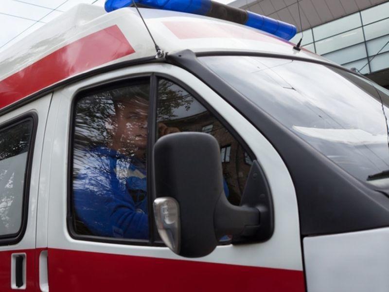 На воронежском заводе водитель КамАЗа выпал из кабины под колеса