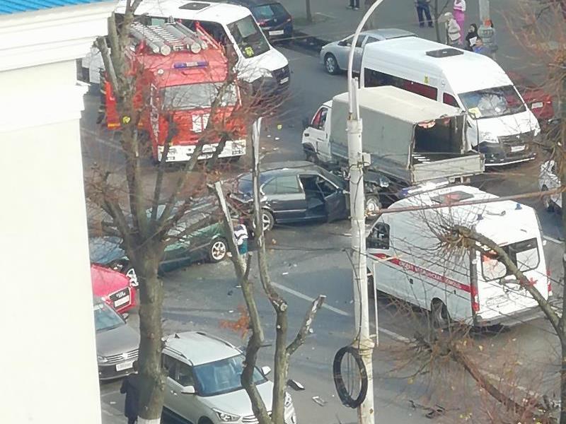ДТП с легковушкой и грузовиком перекрыло главную улицу Воронежа