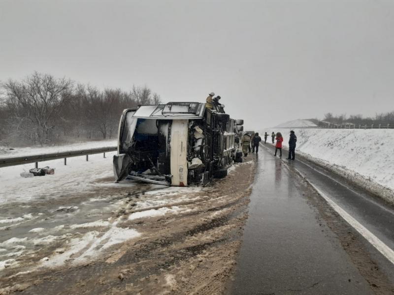 Опубликованы снимки перевернутого автобуса с 28 пассажирами на трассе М-4 «Дон»
