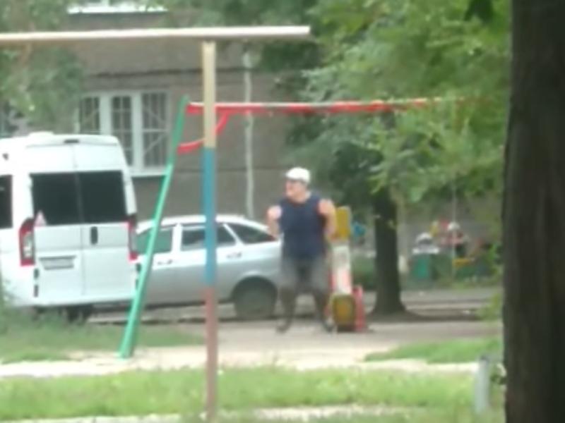 Пожилого воронежца подловили за детским развлечением на качелях