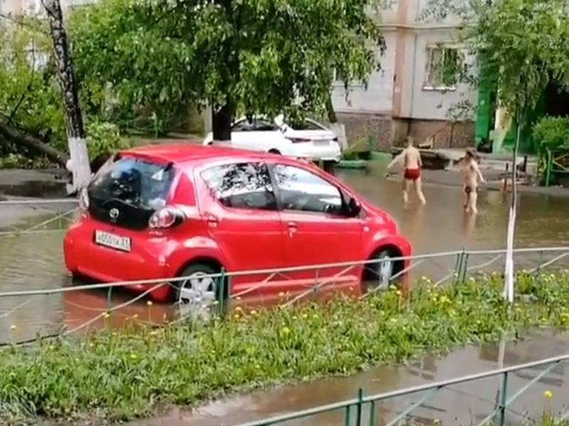 Гигантскую лужу превратили в уличный бассейн в Воронеже
