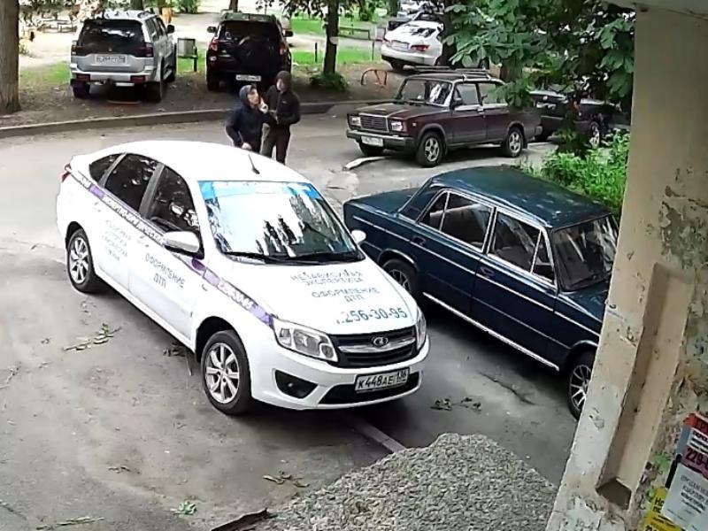 Нелепые сливальщики бензина стали героями видео в Воронеже