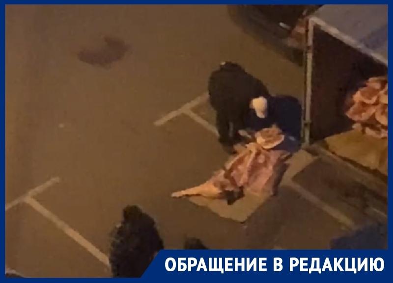 Тошнотворная разгрузка мяса попала на видео в Воронеже